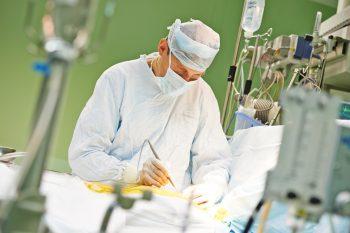 Intervențiile chirurgicale realizate după ora 21:00 și riscul de complicații