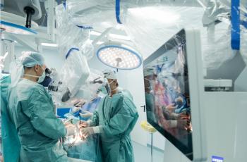 Un pacient cu tumoră cerebrală severă, operat cu ajutorul ZEISS KINEVO 900