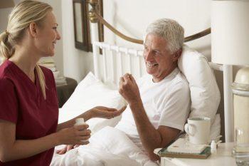 Îngrijirea persoanelor vârstnice, mic ghid pentru asistenții medicali