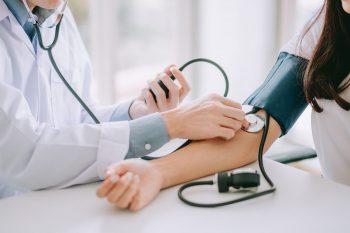 Măsurarea tensiunii arteriale, factor-cheie în depistarea bolilor cardiovasculare