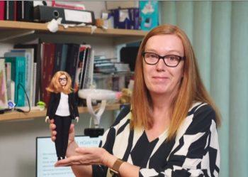 Păpușă Barbie cu chipul cercetătoarei care a realizat vaccinul Oxford/AstraZeneca pentru COVID-19